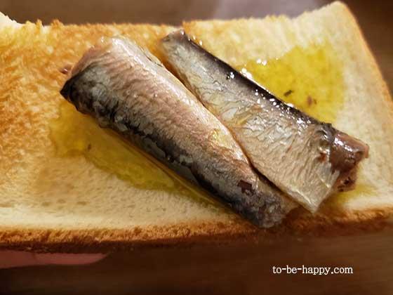 モンマルシェのオイルサーディンをトーストの上に乗せる